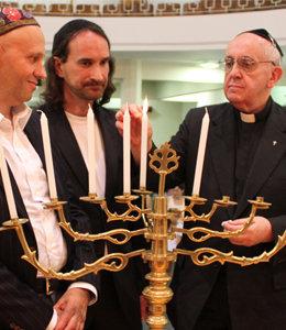 Antipapa Francesco celebrante il Canuccà ed accendente un menorà width=